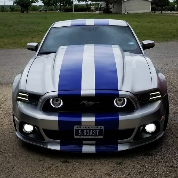 Photo by Carros do Mundo on July 29, 2021. May be an image of stripes and car.