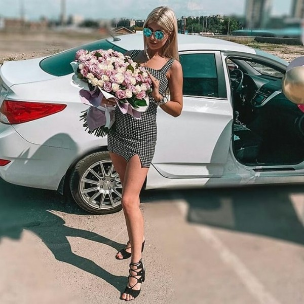 Photo by Красивое движение on October 23, 2020. May be an image of one or more people, people standing, car, outerwear, flower and outdoors.