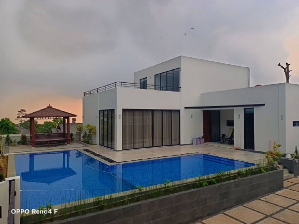 Photo by villaseputar_puncak on June 07, 2021. May be an image of pool and text that says 'OPPO Reno4 F'.